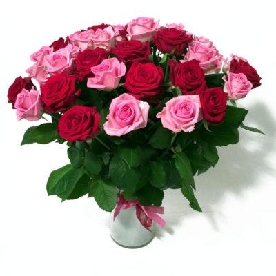 Kimp_punaste_ja _roosade_roosidega