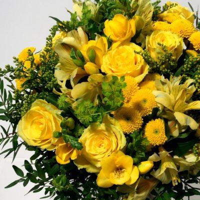 Kimp kollaste roosidega osa
