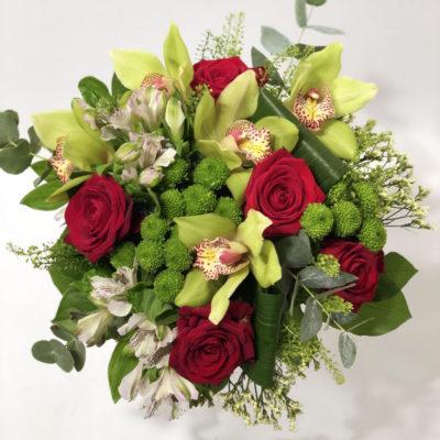 Kimp punaste rooside ja orhideedega2