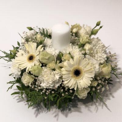Valge lilleseade küünlaga2